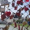 旧市街と新市街、愛の南京錠が彩るマカルト橋