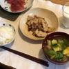 ごはん、レンコンと豚肉の炒めもの、ブロッコリーとアボカドとちくわの味噌汁、まぐろ