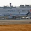 JET STAR機と鹿児島空港。