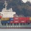 コンテナ船が静かに入港し静かに接岸!