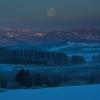 美瑛の丘の月の入り