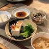 ごはん、刺身(ブリ、サーモン)私だけ牡蠣、大根と揚げの味噌汁、冷奴とブロッコリー