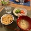 炊き込みごはん、煮豚ときゅうりのしらす和えとトマト、玉ねぎと何かの味噌汁