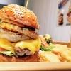 食べごたえ満点!肉々しい分厚いハンバーガーにかぶりつく【GRATEFUL'S 岡山問屋町店】