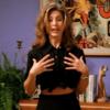 米国ドラマフレンズFriendsシーズン1-1レイチェル:シャツの裾を合わせて演出してみよう!