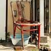 壊れた赤い椅子