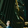 夜の名古屋駅でビジネスマン撮影