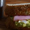 アボガドディップの甘酸っぱい朝食サンドイッチ