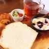 今日の朝食ワンプレート、厚切りミルクパン、紅茶、ミニサラダ、バナナブルーベリーヨーグルト