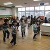 1年生:送る会のダンスを練習中