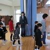 入学式⑤ 入場 6年生と一緒に