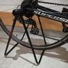 『ロードバイク×玄関』収納問題。壁を使わず縦置きできるMINOURA「DS-2100 Tancho E'sse」