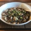 自家製の調味料で黒いマーボ豆腐