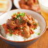 鶏レバーをトマト缶とみそでフライパン煮「トマトみそ鶏レバ丼」がやわらかくてうま味しかない【筋肉料理人】