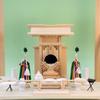 小さな神棚を棚板の乗せて神具を置いて祭る参考例