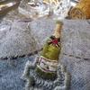 酒瓶とハガキ