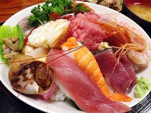 """魚介20種てんこ盛りの海鮮丼が1,050円!入谷「さいとう」の豪快すぎる海鮮丼はもはや""""ラスボス丼""""と称するにふさわしいレベル"""