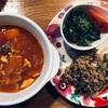 本日のメニュー。ほうれん草のおひたし、豆腐の肉みそかけ、鯖のトマトシチュー煮。