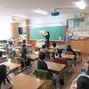 ボランティアさんの読み聞かせ:1年生はお話の世界へ