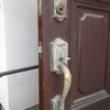 木製の玄関ドアの錠前を取り替える