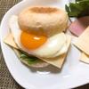 平たい丸パンでハムチーズ目玉サンド