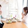 食事がコミュニケーションの強制タイムになると疲れる。沈黙でも成立する関係が幸せ。