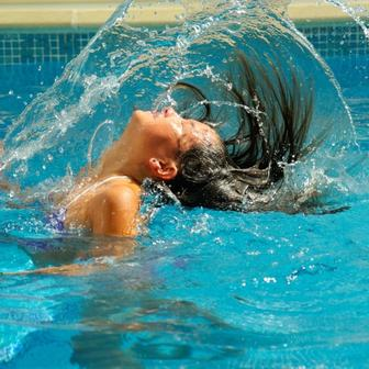 髪が持つ3つの水分(結合水・自由水・吸着水)の話。水分があることで髪はやわらかく、しなやかに動くことができます。