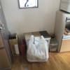キッチンのDIY ゴミ箱の上にカフェ風の棚を取り付け