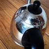 電気ケトルの外側汚れをセスキ炭酸ソーダで簡単に落とす。