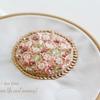 可憐すぎる刺繍です。「桜の園」ブローチの表が仕上がりました!