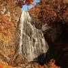 岩肌を滑り落ちる美しい滝 晴れた日の午後には虹も!北秋田市「安の滝」