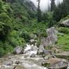 インドのマナリ、ヴァシシュト村から歩いて行ける距離にある滝まで散歩