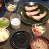 ごはん、ぶりの塩焼き、豚汁、マカロニサラダとミニトマト、アボカド