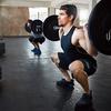 バックスクワットの体幹のポジション(アスリートが股関節屈曲角度が約120°に達する前に脊椎を曲げる場合は、大殿筋に停止する腸脛靭帯(IT)の後部線維に制限があるか、腰椎のコントロールが不足していると考えられる)