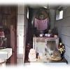 線路際に建つ小さな「弘法堂」