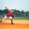 投球側の肘関節の評価:機能的外反ストレステスト(外反伸展過負荷は外反ストレスと強力な上腕三頭筋の伸展を合わせた肘関節後内側の傷害メカニズムのひとつであり、投手の間で肘頭骨棘形成を起こす根本的原因になる)