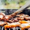 コンパクトなバーベキューコンロがあれば、座ったまま焼けて、焼肉屋さんに行ったみたいに団らんしながら食事ができますよ!【キャンプ】