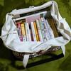 本を減らして本棚を断捨離。トートバッグに入るだけの本で収める。持ち運びもラク。