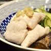 豊洲の「米花」で鶏むね肉の湯引き、茄子の揚げ浸し、鶏つくねの親子煮、とろろ昆布のお味噌汁。