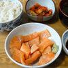 今日の食べ物 朝食にサーモン刺身と蕗の煮物