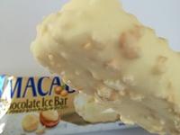 ファミマ限定「マカダミアホワイトチョコレート」アイスバーが瑞々しくて美味しい!