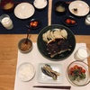 ごはん、ぎょうざ(焦げ)、ナスの胡麻和え、ミニトマト、納豆、大根の味噌汁