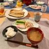 ごはん、鯖の干物、きゅうりと蒲鉾、蓮根とツナのサラダ、なめこの味噌汁