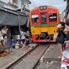【バンコク】場中を電車が走り抜けるメークロン市場