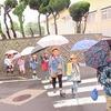 登校の様子 雨が降る中で