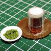ミニチュアの枝豆と黒ビール