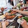 1人で食べる時よりみんなで食事をした時の方がより食べてしまうのか?という研究