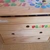 【こどもと片付け】家具移動で置く場所がなくなった棚を利用して、おもちゃを詰め替える。