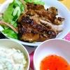 【今日の食卓】ガイヤーン。タイの焼き鳥とよく言われるけれど、そうではなく肉をそのまま焼く感じ。イオンブランドのスイートチリソースはどこかのOEMかもしれないけれど、メーパノム程でないにしても美味しいとサルちゃん。 Gai yang. #タイ料理