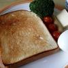 鉄のフライパンで食パンを焼く。